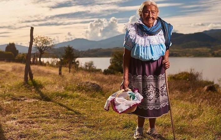 O femeie tânără iese pe poartă